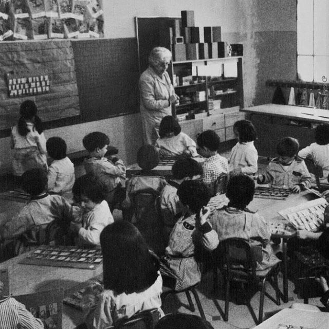 Cèlia Artiga fent classe a un grup d'escolars